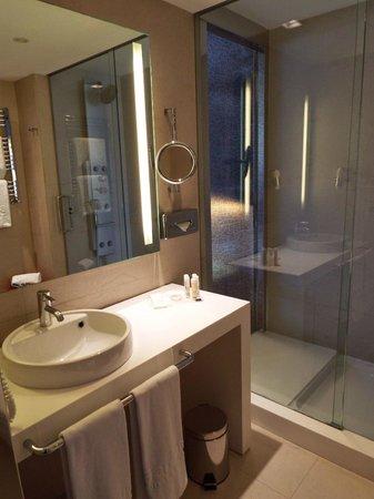 Barcelo Malaga: Bathroom