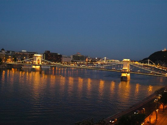 Boutique Hotel Victoria Budapest: The Chain Bridge seen from our window