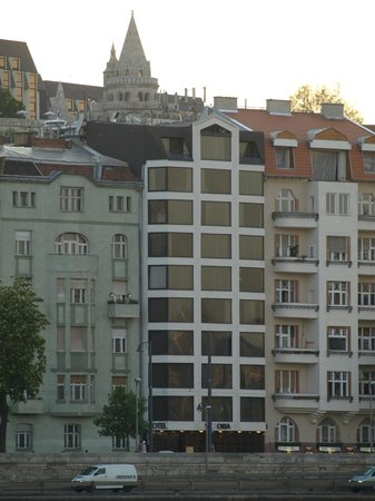 Boutique Hotel Victoria Budapest: The hotel seen from a boat down the Danube