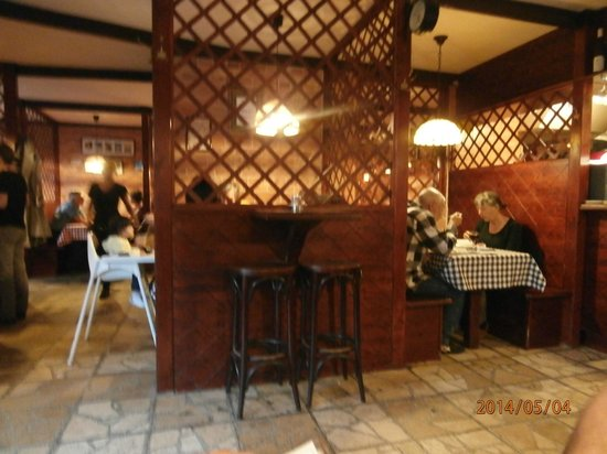 Pozsonyi Kisvendeglo : restaurant interior