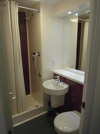 Travelodge Birmingham Central Moor Street: Kleines Badezimmer