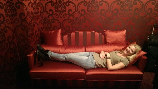 Hotel Belle Arti: Red room - couch in a 'double' room