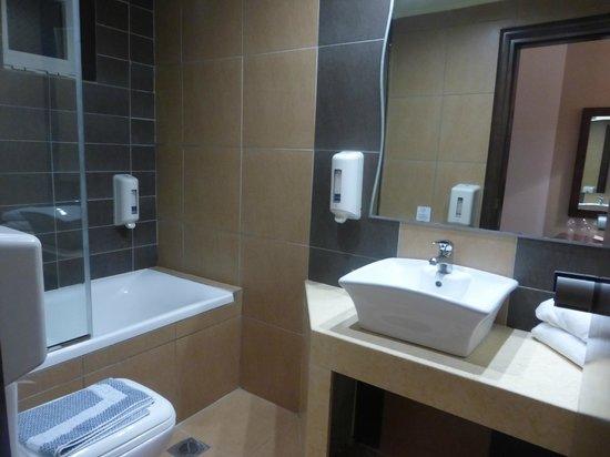 Akti Beach Club Hotel: salle de bains
