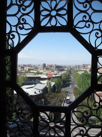 Matenadaran, Institut Machtots de recherches sur les manuscrits anciens : Вид на город из первого зала
