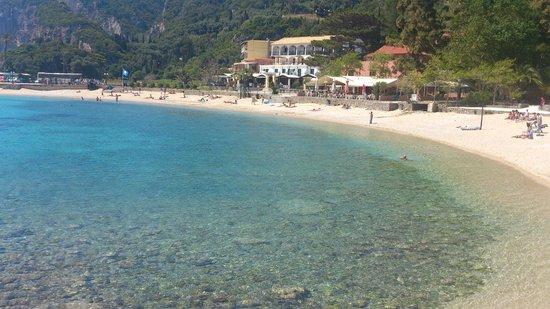 Apollon Hotel: Hotel Apollon from opposite end of beach