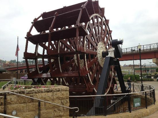 National Mississippi River Museum & Aquarium: Paddlewheel at entrance to National Mississippi Museum