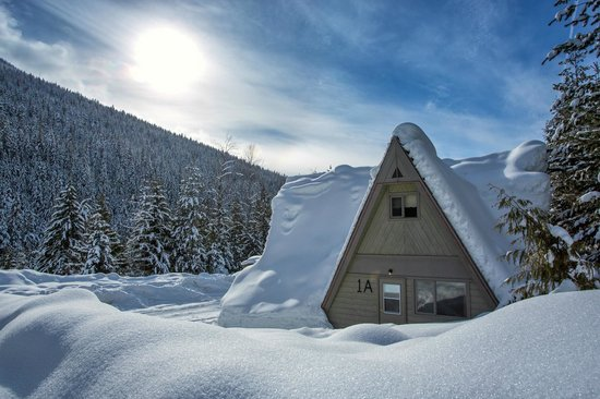 Nakusp Hot Springs Cedar Chalets: Cozy Winter Exterior