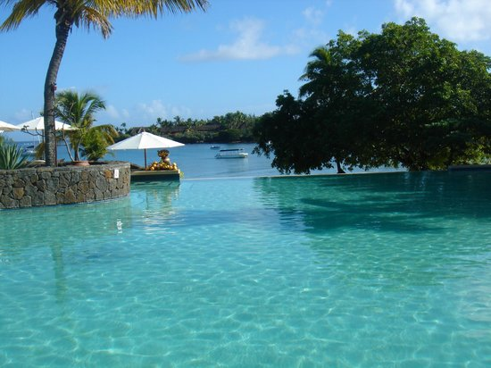 Swim up bar in the infinity pool picture of maritim for Swimming pool mauritius
