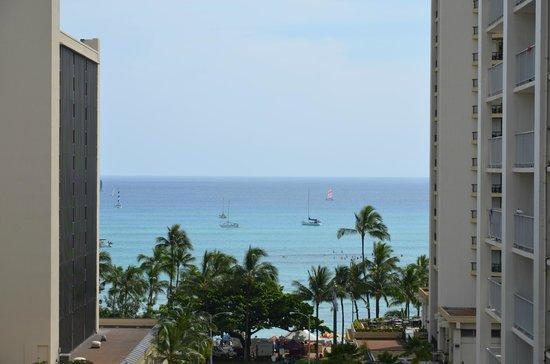 Vive Hotel Waikiki: Blick aus einem unserer Fenster auf den Strand