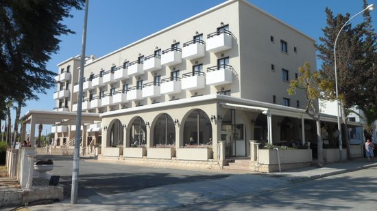 Chrystalla Hotel : Side view of hotel