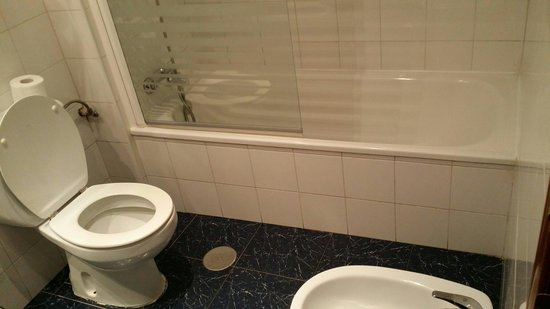 Don Paco: Spacious bathroom with bathtub. Clean and brightly lit.  There were hairdryer,  large mirror,  s