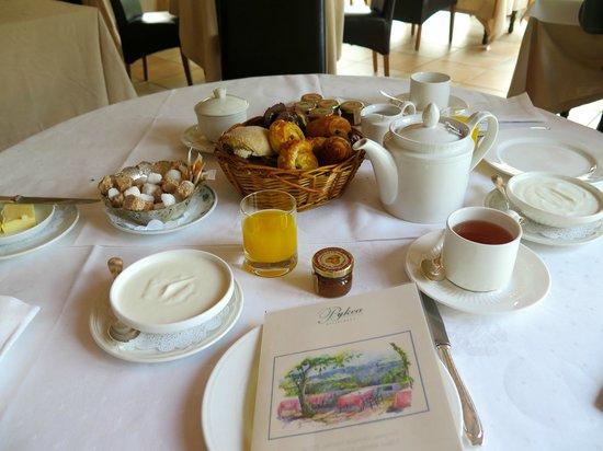 Les Jardins de Bakea : Petit-déjeuner servi sur table