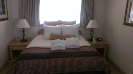 Twin Peaks Lodge & Hot Springs: Lots of pillows!