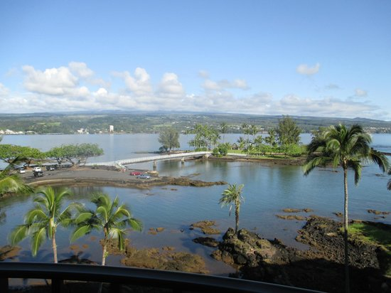 Castle Hilo Hawaiian Hotel: balcony view to Coconut Island
