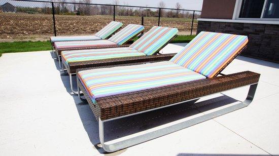 Dreamz Inn: Pool Sundeck Lounge Chairs