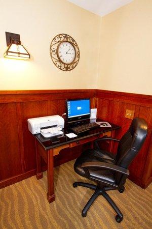 Holiday Inn Express Turlock: Business Center