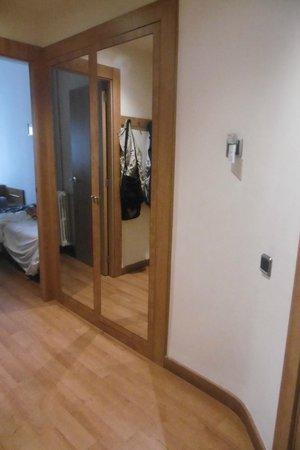 Acta Antibes: armadio con specchio nell'ingresso