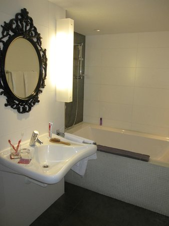 Bohem Art Hotel: Huge bathroom