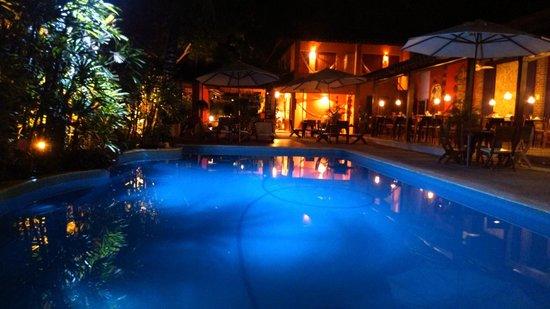 Pousada Coqueiros: restaurante e piscina