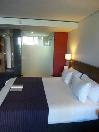 Park Inn by Radisson Cape Town Foreshore: autre vue de la chambre avec cloison verre