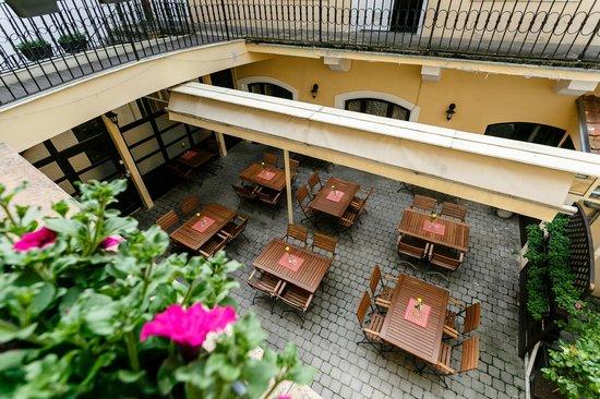 Pension U Lilie: Courtyard area
