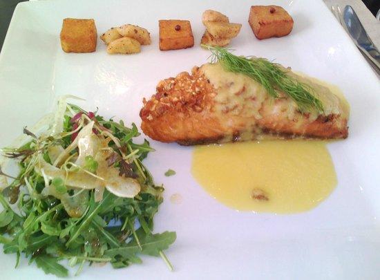 Oliva: Salmon con Kikos, salsa de naranja, hinojo, chips de Calabaza y Plátano