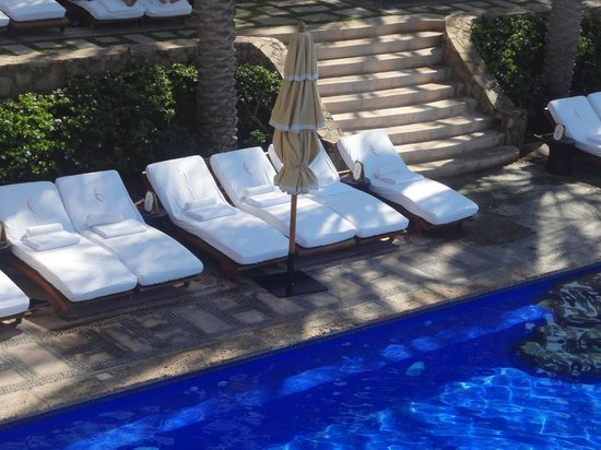 Esperanza - An Auberge Resort: YUCK~ crowded pool deck