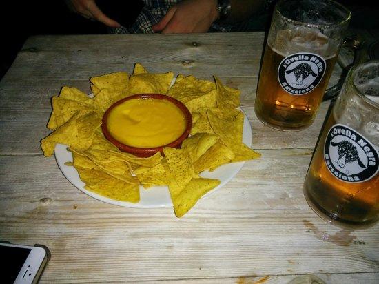 Ovella Negra: Nachos y cerveza