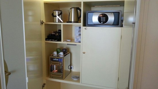 Swissotel Le Plaza Basel: Lavazza coffee brewer
