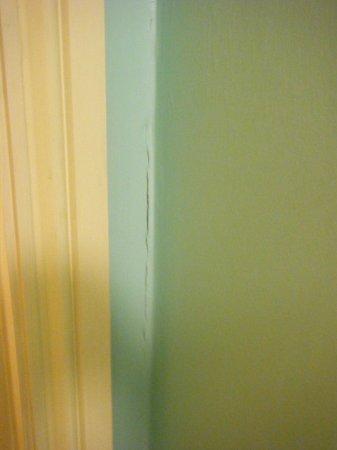 Maldron Hotel Pearse Street: Cracked paint