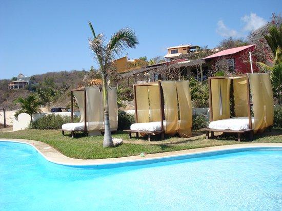 Manta Raya Hotel : Poollandschaft