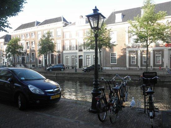 Rijn (Rhine): 国立古代博物館前の運河