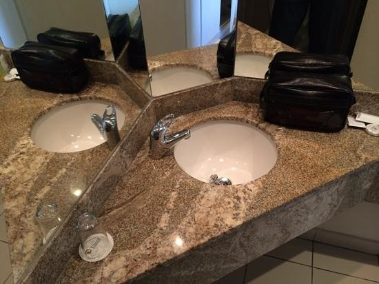 Tinapa Lakeside Hotel: Neat bathroom with clean towels!