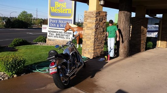 BEST WESTERN Pony Soldier Inn & Suites: Washing the bike