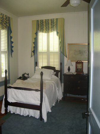 Beatrice, AL: A bed in the downstairs bedroom