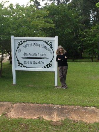 Beatrice, AL: The front lawn...