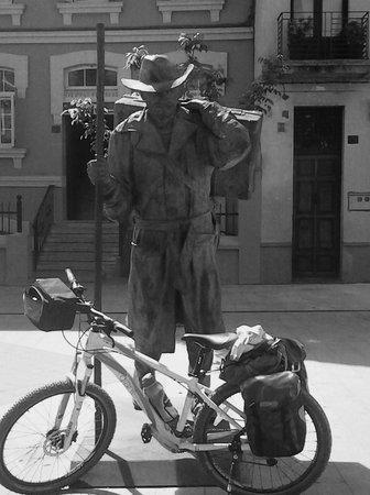 Bikeiberia Bike Tours & Rentals: Pilgrim guarding bike