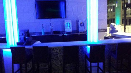 Clarion Inn: Bar at pool area