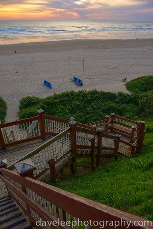 Hallmark Resort & Spa Cannon Beach: Steps to the beach