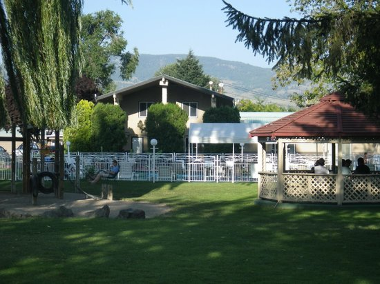 Okanagan Seasons Resort: Poolside Gazebo