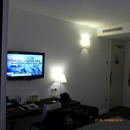 Hôtel Joyce - Astotel : View to desk and television from bed