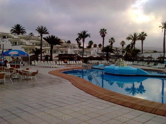 Bungalows Vista Oasis Apartments: pool area at 7:50am