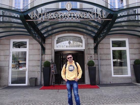 InterContinental Porto - Palacio das Cardosas: Eu na entrada do Hotel!