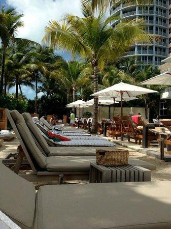 Royal Palm South Beach Miami, A Tribute Portfolio Resort: Very relaxing main pool area