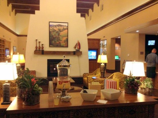 Courtyard Santa Barbara Goleta: Lobby is cute. Free popcorn and strawberry lemonade!