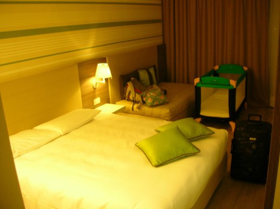 Enjoy Garda Hotel: Room with sofa, cot and still plenty of space to move around