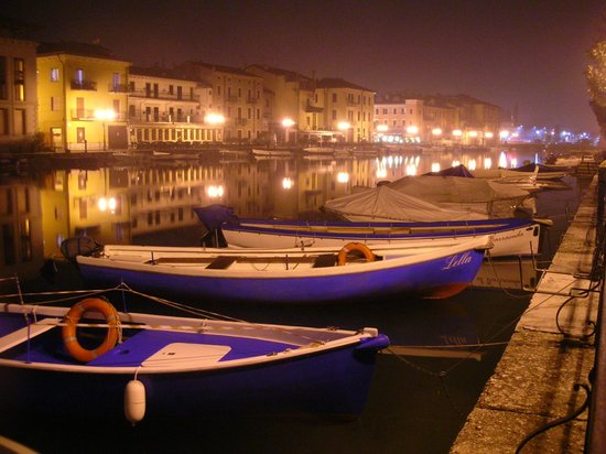Enjoy Garda Hotel: Peschiera del Garda at night