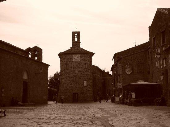 Chiesa di Santa Maria Maggiore: Sovana: Piazza del Pretorio, a destra la Chiesa di Santa Maria