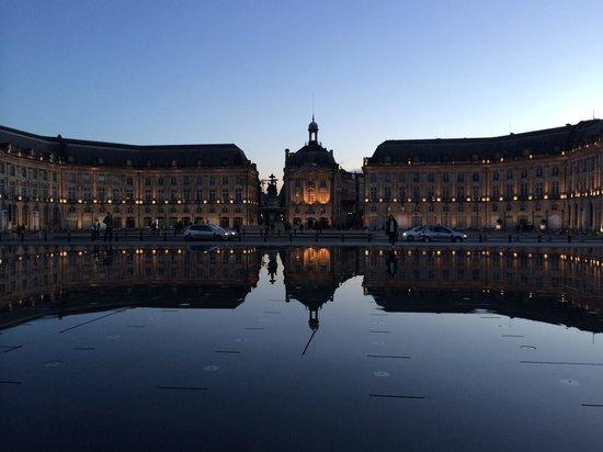 Place de la Bourse (Place Royale) : Praça no por do sol.