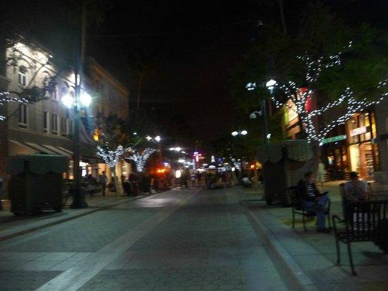 Third Street Promenade: Junio a las 11 de la noche